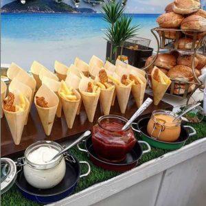דוכן המבורגרים עם תוספת צ'יפס מיונז קטשופ ואלף האיים