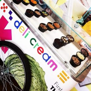 עגלת גלידה עם מגוון תוספות לאירועים