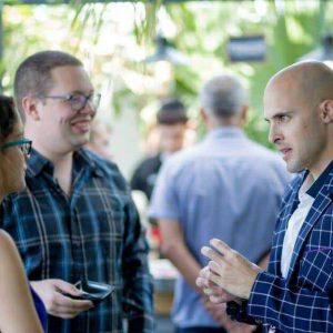 אנשים מדברים באירוע