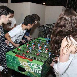 ילדים משחקים בכדורגל שולחן