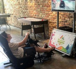 ילד משחק בסימולטור מרוץ מכוניות