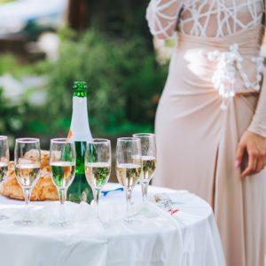 שולחן עם כוסות שמפנייה