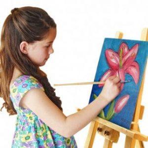 ילדה מציירת במתחם יצירה