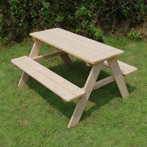 השכרת שולחן עץ עם מושבים