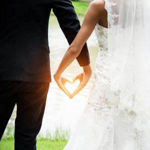 זוג אוחז ידיים בחתונה