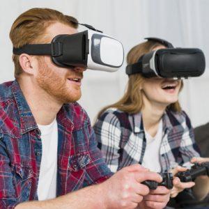 זוג משחק בVR עם משקפי מציאות מדומה